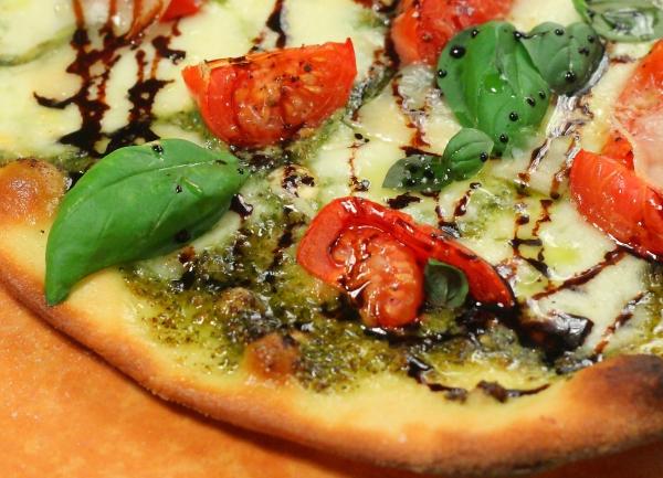 بيتزا كابريزي مع صوص البلسمك