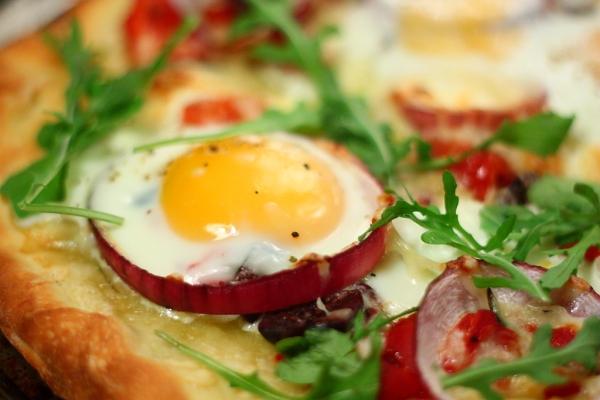 بيتزا بيضاء مع البيض و الجرجير و الخضروات